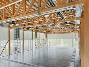 Blick auf das Technikum mit Holzkonstruktion der Decke.